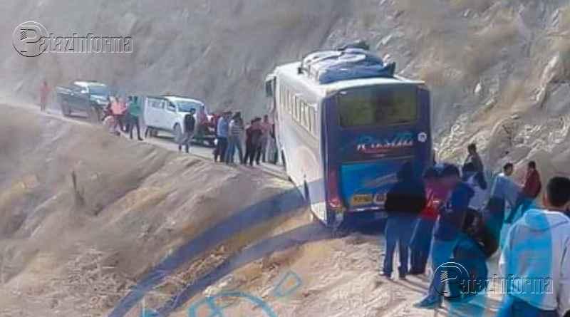 PATAZ   Pasajeros salvaron de milagro. Bus queda al borde de abismo