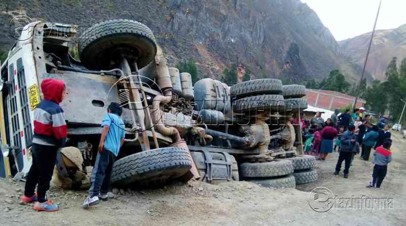 HUAYLILLAS   Volquete cargado con arena sufrió accidente de tránsito
