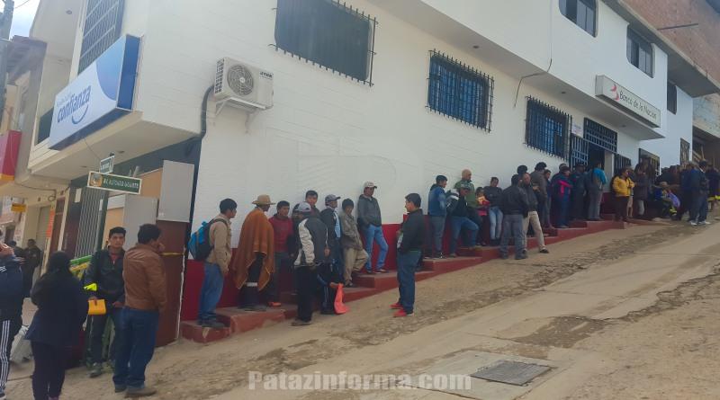 Malestar por largas filas en Banco de la Nación de Tayabamba