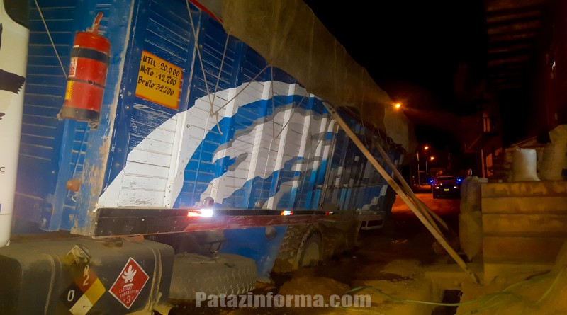 Camión se hunde mientras transitaba por calle tayabambina