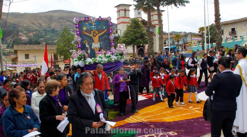 Imagen del Señor de los Milagros recorrió principales calles tayabambinas