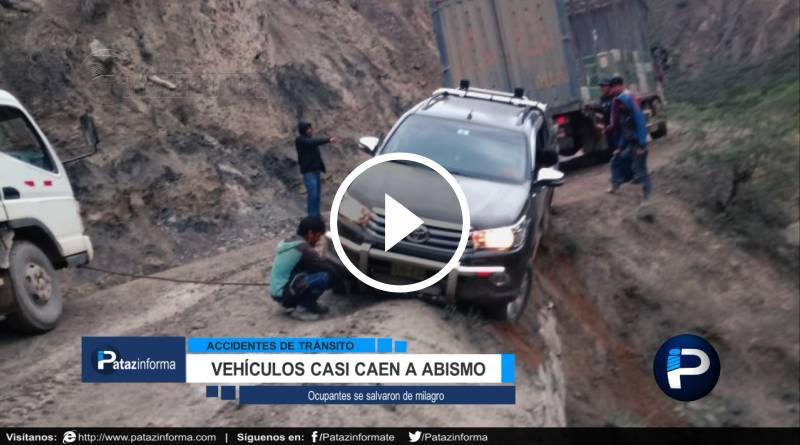 PATAZ | Vehículos salvan de milagro y quedan al borde del abismo