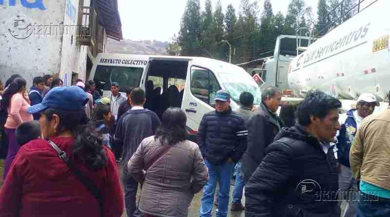 LA LIBERTAD | Violento choque entre combi y conteiner dejó varios heridos