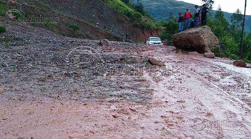 LA LIBERTAD | Huaicos cubren carretera y vehículos están varados