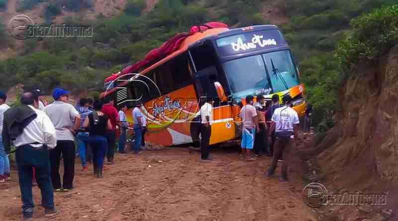 PATAZ | Bus quedó al borde del abismo en la ruta Uchos – Quiches