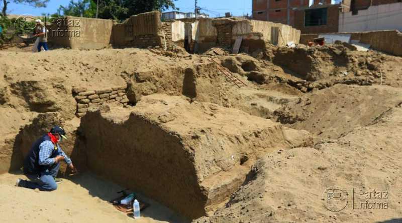 Sitio monumental bajo gran cantidad de basura en Trujillo