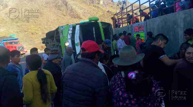 Bus interprovincial se despista y sufre accidente en el ande