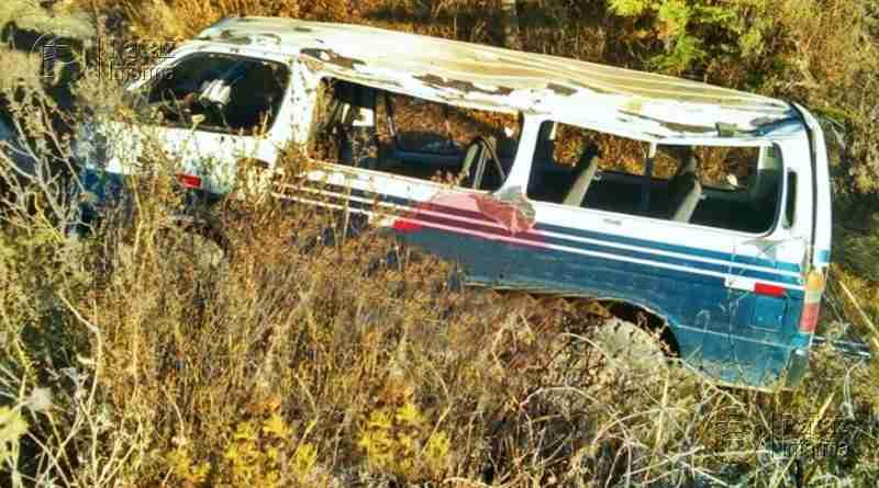 Combi terminó en un abismo tras sufrir aparatoso accidente
