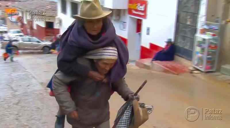 Anciano carga a su esposa para que cobre su Pensión 65