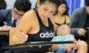 Joven madre rinde examen de admisión con bebé en brazos