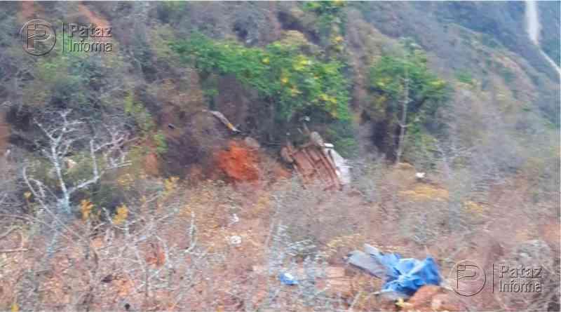 2 muertos y un herido deja la volcadura de una camioneta en Otuzco